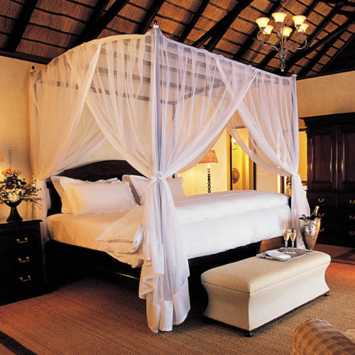 Fitted Four-Poster Kiwinet with custom ceiling.5